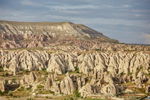 Cappadoce ville souterraine à l'intérieur des rochers la vieille ville de piliers de pierre