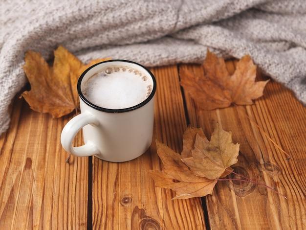 Cappuccino d'automne à la cannelle sur table en bois