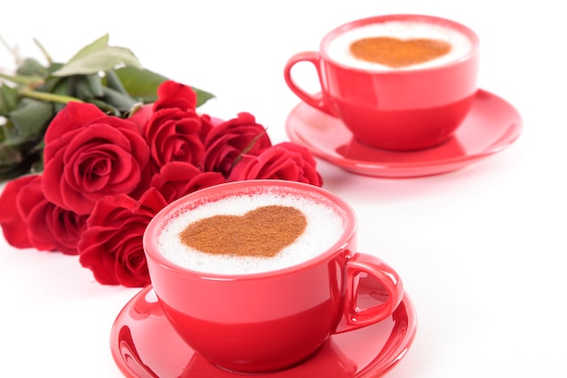 Cappuccino avec bouquet de roses