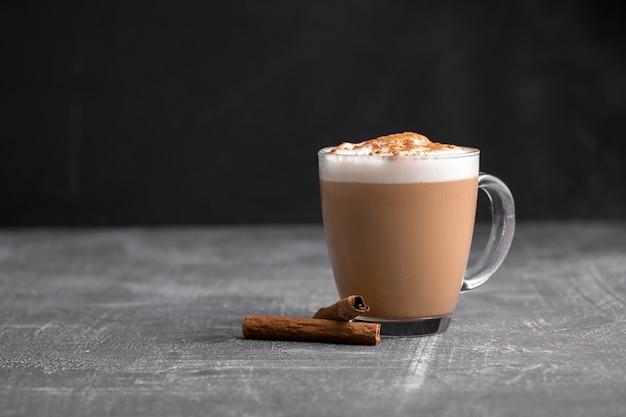 Cappuccino fait maison dans une tasse en verre sur la table grise