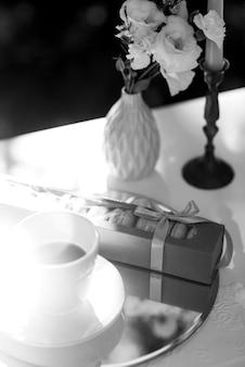 Cappuccino sur fond de nappes peintes