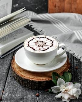 Cappuccino frais sur la table