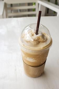 Cappuccino frappé dans une tasse en plastique.