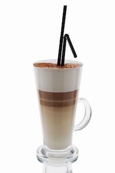 Cappuccino en grand verre isolé sur blanc