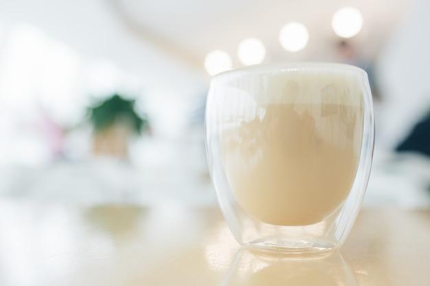 Cappuccino latte ou café au lait en verre moderne à double fond