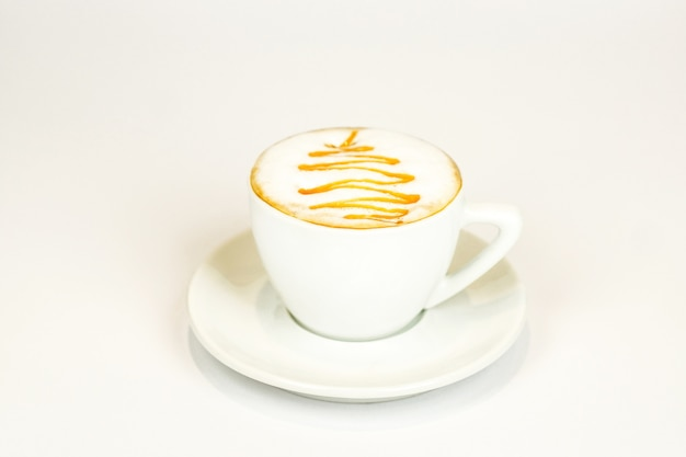 Cappuccino avec un motif sur une mousse parfumée dans une horloge blanche
