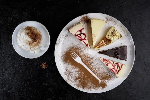 Cappuccino et trois morceaux de gâteau au fromage, vue de dessus