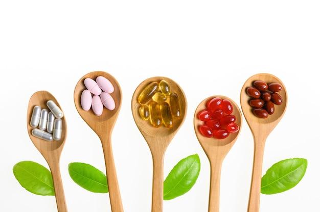 Capsule de comprimé de pilules de médecine alternative et suppléments organiques de vitamine sur le fond blanc