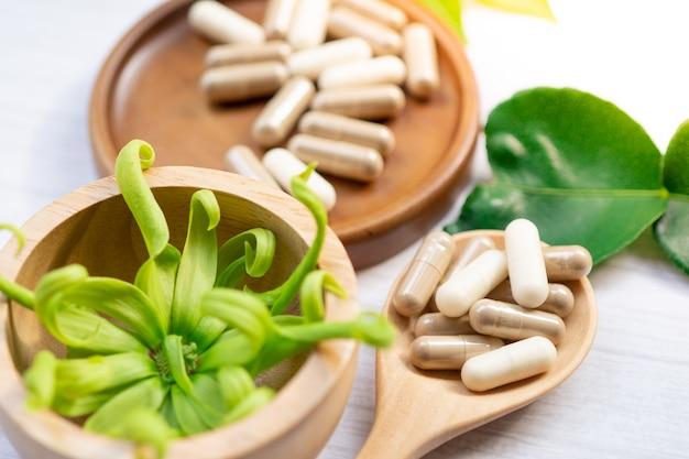Capsule organique à base de plantes de médecine alternative avec des feuilles.