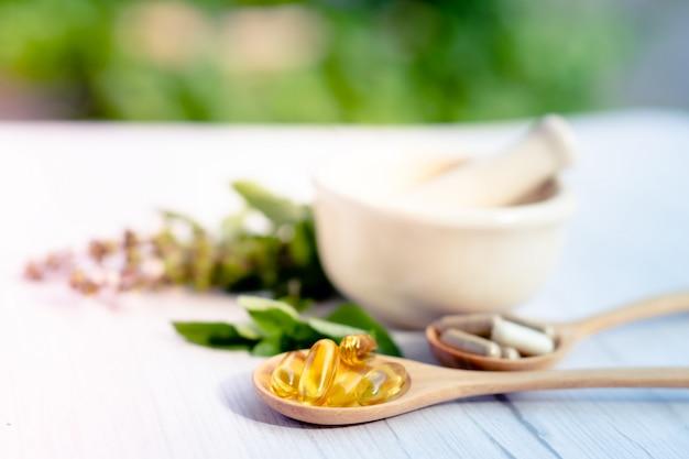 Capsule organique à base de plantes de médecine alternative avec de la vitamine e oméga 3 d'huile de poisson.