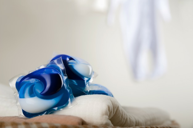 Capsules de blanchisserie close-up et copiez l'espace.
