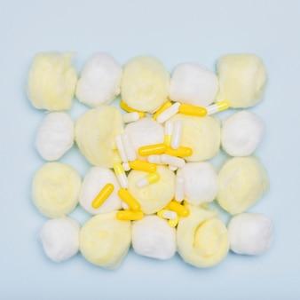 Capsules sur des boules de coton vue de dessus