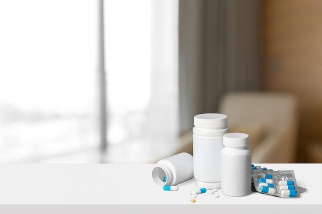 Capsules de médecine blanche coulant de bouteille