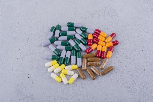 Capsules médicales assorties sur une surface en marbre. photo de haute qualité