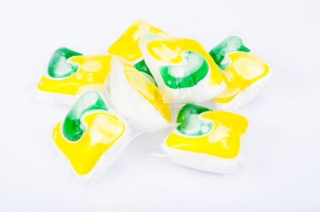 Capsules multicolores avec gel pour laver les vêtements et la vaisselle. studio photo..