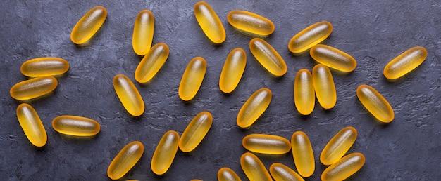 Capsules omega 3 sur fond de pierre sombre close up concept de soins de santé