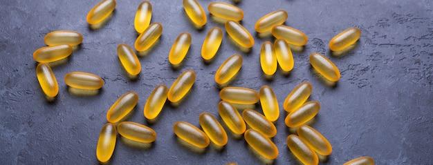 Capsules omega 3 sur pierre foncée
