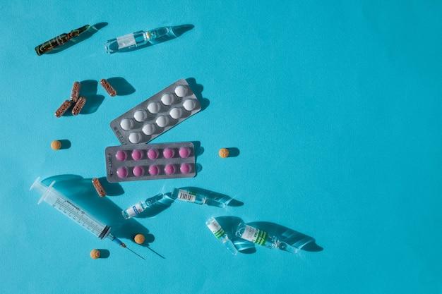 Capsules de pilules de vitamines colorées et ampoules de médicaments sur un fond abstrait concept de flatlay médical et pharmaceutique de soins de santé gros plan détaillé tourné en studio avec espace de copie