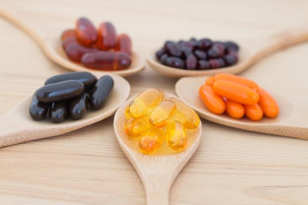Capsules de supplément de vitamines saines dans une cuillères