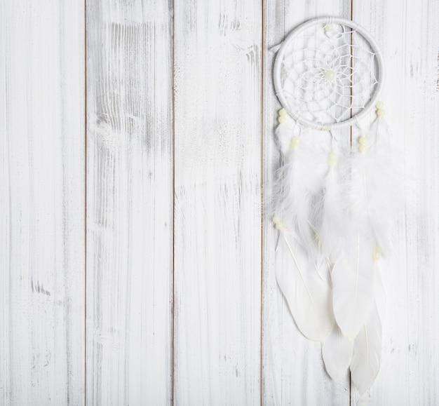 Capteur de rêves blanc sur une surface en bois
