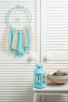 Capteur de rêves bleu beige avec des napperons au crochet