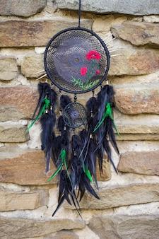 Capteur de rêves fait main avec fils en plumes et corde en perles suspendues