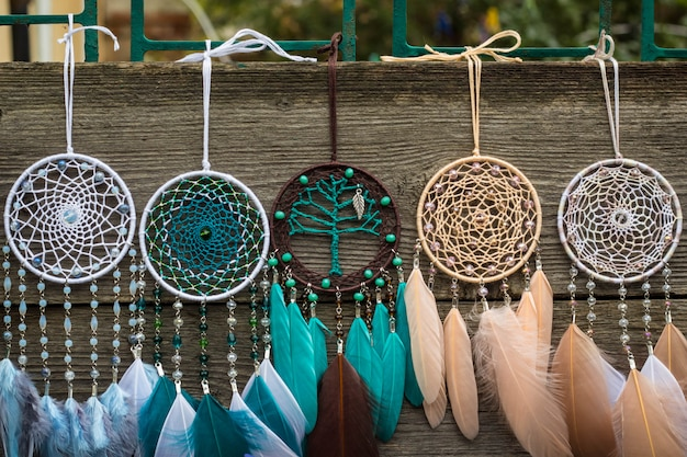 Capteur de rêves fait main avec des fils de plumes et des cordes de perles suspendues