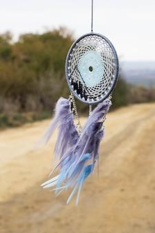 Capteur de rêves fait à la main avec des fils de plumes et des perles à suspendre