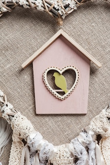 Capteur de rêves en forme de coeur avec oiseau