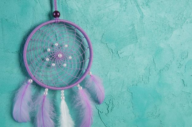 Capteur de rêves lilas sur aigue-marine