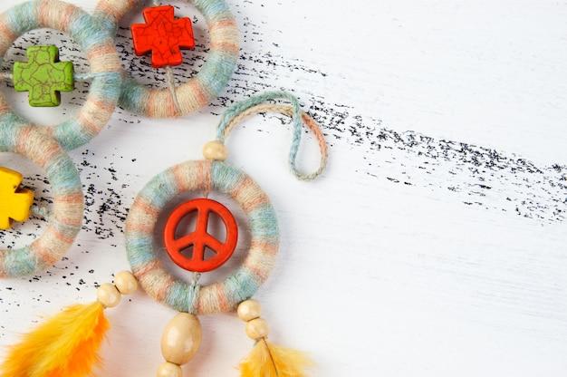 Capteur de rêves lumineux avec un signe de paix orange