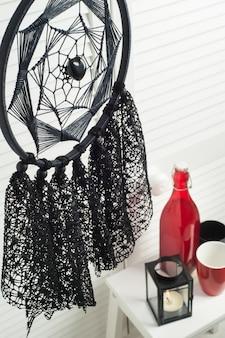 Capteur de rêves noir avec des napperons au crochet