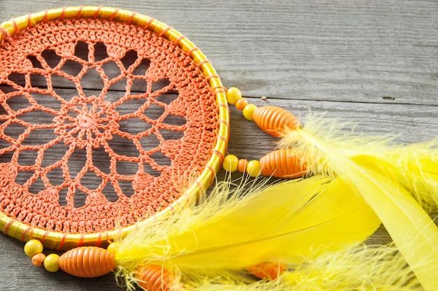 Capteur de rêves orange jaune sur gris