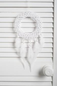 Capteur de rêves avec des plumes blanches