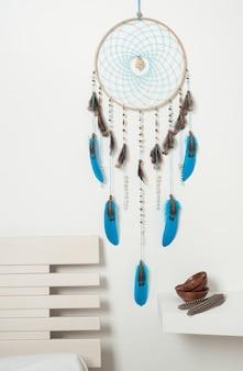 Capteur de rêves avec des plumes bleues
