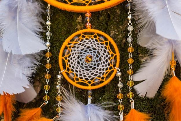 Capteur de rêves en plumes, cuir, perles et cordes