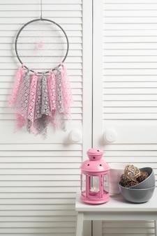 Capteur de rêves rose beige avec des napperons au crochet