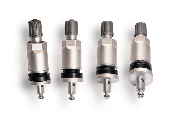 Capteur de valve tmps pour surveiller le niveau de pression des pneus, ensemble de 4 pièces gros plan sur fond blanc.