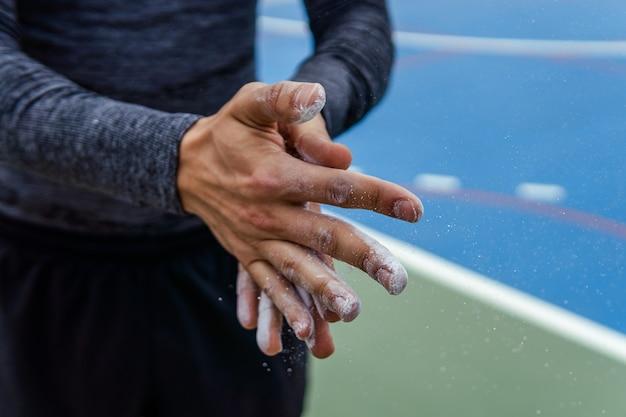 Capture d'écran d'un athlète mettant de la craie sur ses mains - concept sportif