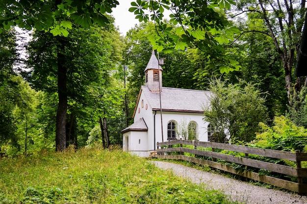 Capture d'écran d'une petite église blanche dans les bois