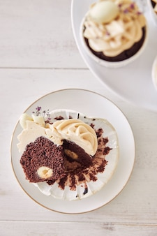Capture en grand angle d'un délicieux petit gâteau au chocolat avec garniture à la crème blanche
