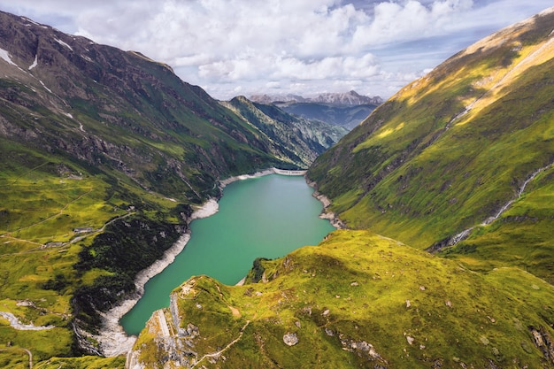 Capture en grand angle d'un lac dans les montagnes capturé par temps nuageux