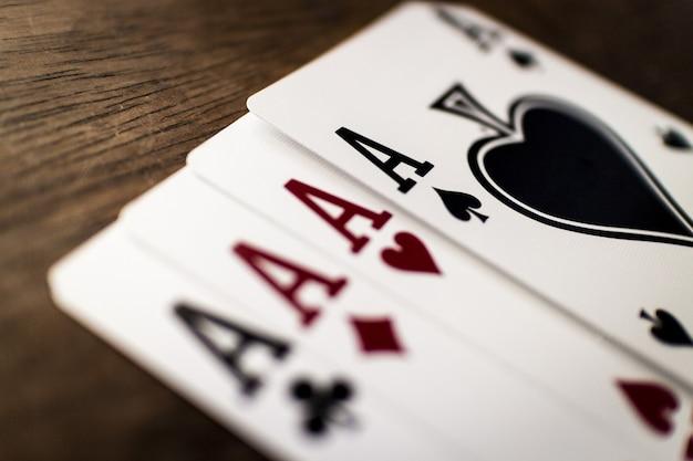 Capture sélective de quatre as sur une table en bois