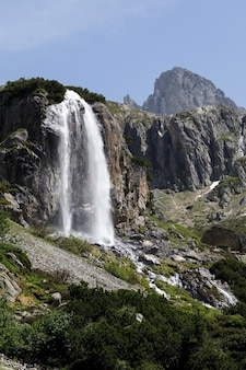 Capture verticale d'une cascade au col du susten situé en suisse en hiver pendant la journée
