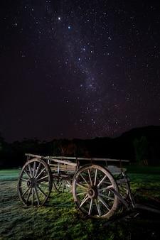 Capture verticale d'une charrette en bois dans le parc national des grampians, victoria, australie