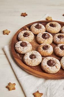 Capture verticale de délicieux biscuits de noël au chocolat