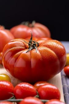 Capture verticale de différentes variétés de tomates