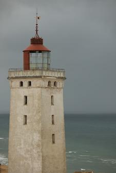 Capture verticale du phare rubjerg knude à løkken, danemark