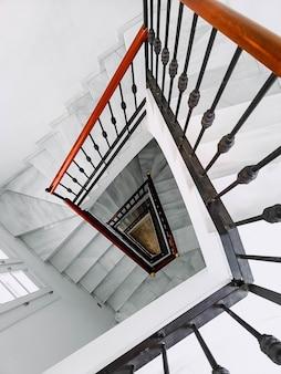 Capture verticale d'un escalier blanc froid