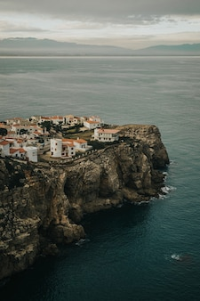 Capture verticale des maisons côtières